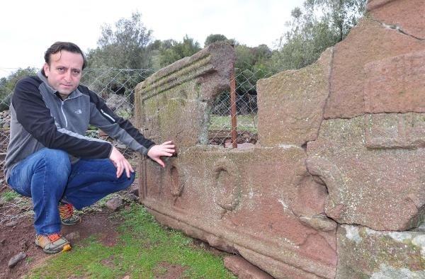 Aigai'de 2 bin 200 yıllık okul müdürü lahiti bulundu