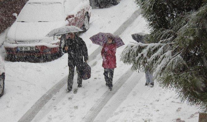 Demirci'de öğrencilere kar tatili