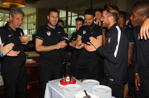 Manisaspor'da kaleci İsmail'e doğum günü kutlaması