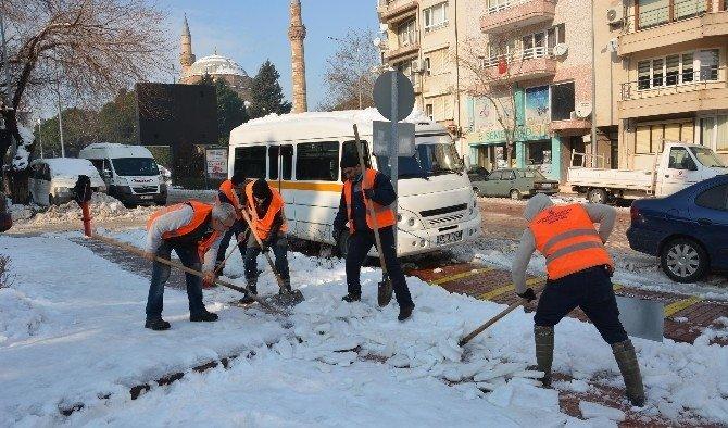 Şehzadeler'de kar temizleme çalışmaları