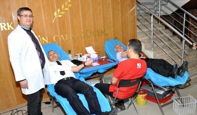 Tarım Personelinden Kızılay'a kan bağışı