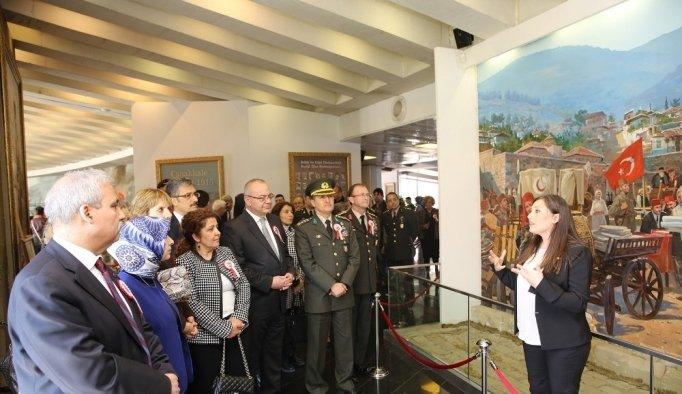 Çanakkale Şehitleri Anıtı'na duygu dolu ziyaret