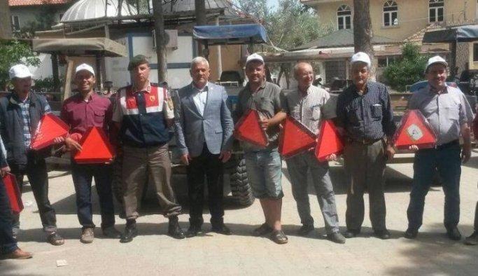 Alaşehirli çiftçilere reflektör dağıtıldı