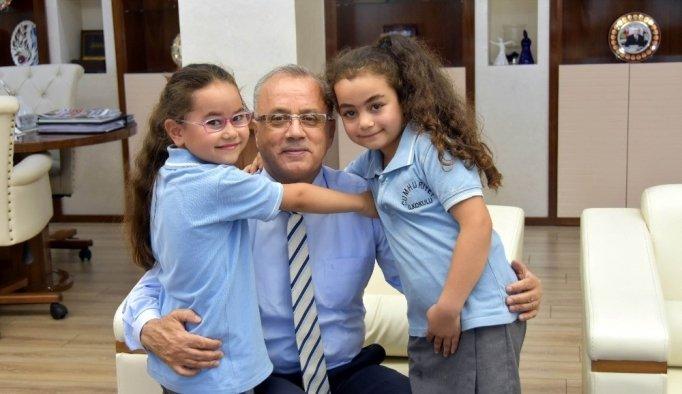 İki minik öğrencinin başkan sevgisi
