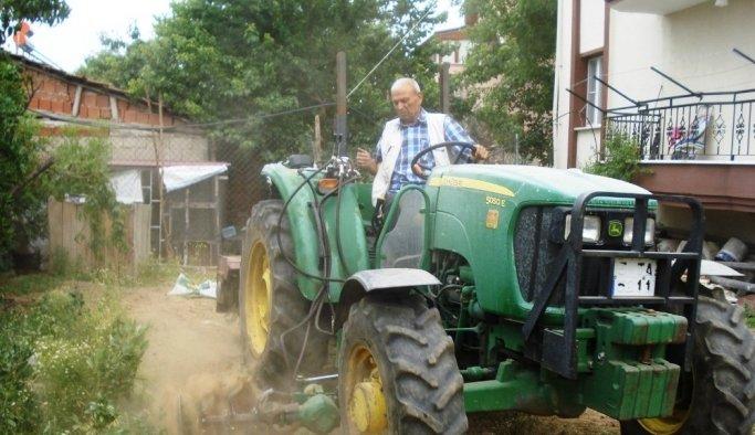 Kendi imkanlarıyla traktörüne çapa makinesi yaptı