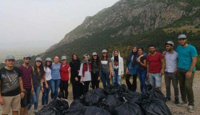 Üniversitelilerden Spil'de temizlik çalışması