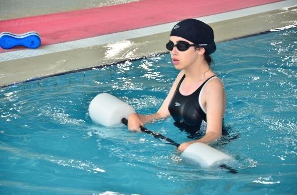 Engelini yüzme sporuyla aştı, yürümeye başladı