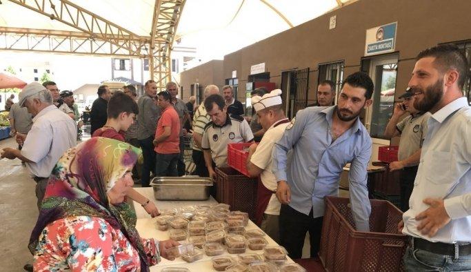 Akhisarlı pazarcılar şehitler için helva hayrı yaptı