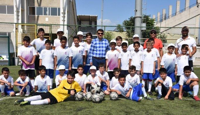Başkan Çelik minik futbolcuları ziyaret etti