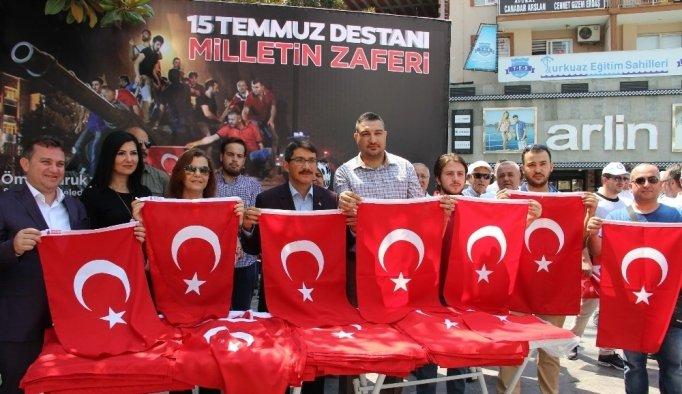 Başkan Çelik vatandaşlara bayrak dağıttı