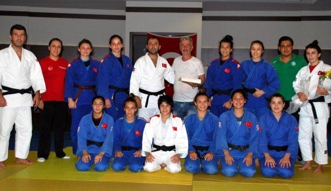 Genç Milli judoculara, Salihlili taraftarlardan destek