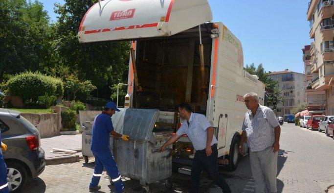 Şehzadeler'de çöp konteynerleri dezenfekte ediliyor
