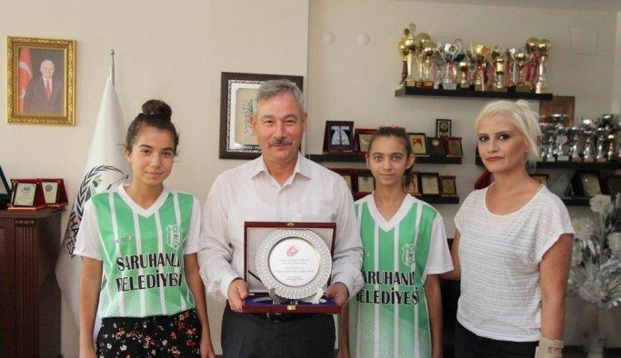 Badminton Federasyonu'ndan Başkan Yaralı'ya plaket