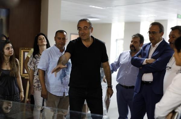 """Sunay Akın: """"İzmir'in dağlarında açan çiçekler ay yıldızlı bayraklarımızdı"""""""