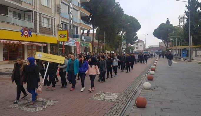 Kula'da öğrenciler sağlıklı yaşam için yürüdü