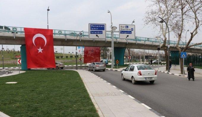Köprülü kavşak Türk bayraklarıyla donatıldı