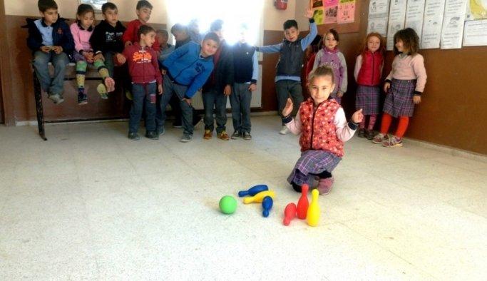 Öğrenciler bowling oynayarak matematik öğreniyor