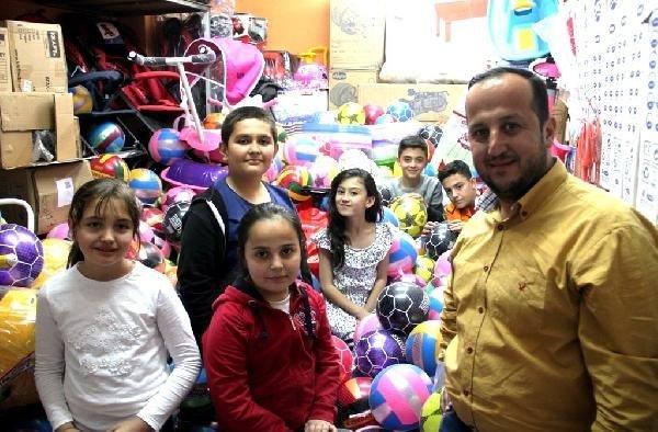 2 bin çocuğa 23 Nisan hediyesi olarak top dağıttı