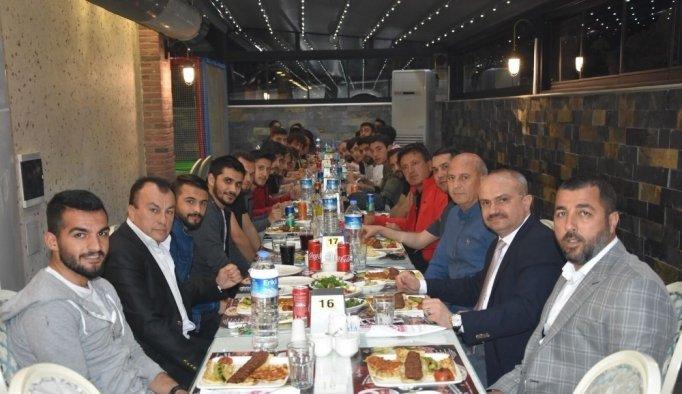 AK Parti'li Mersinli, Manisasporlu futbolcularla buluştu