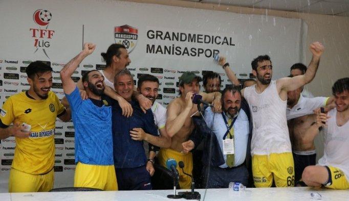 Ankaragücü futbolcularından basın toplantısında sulu kutlama