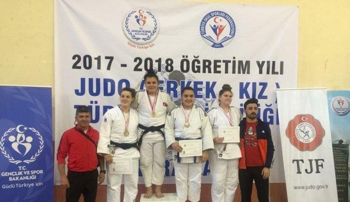 Salihlili genç judoculardan 3 madalya