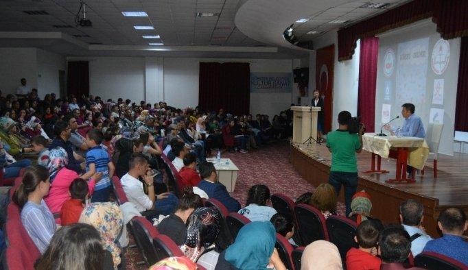 Yazar Ahmet Büke, memleketi Gördes'te gençlerle buluştu