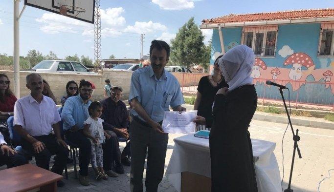 Azimli'nin kadınlar azmedip okuryazar belgesi aldı