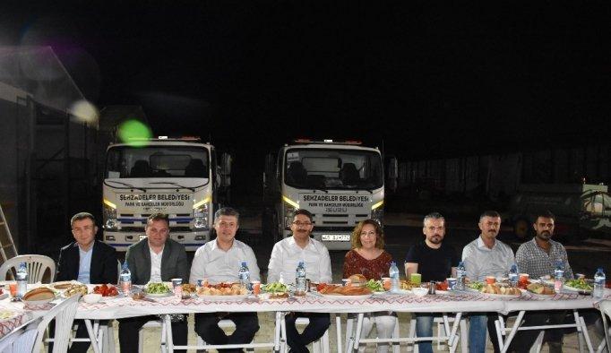 Başkan Çelik ve AK Parti'li Özkan şantiyede sahur yaptı