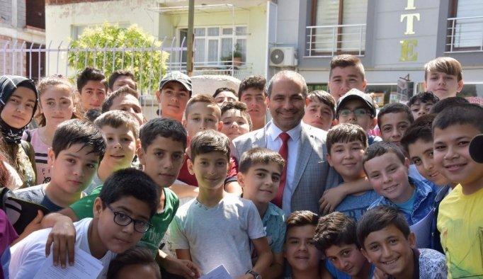 Başkan Uçak öğrencilere karne dağıttı