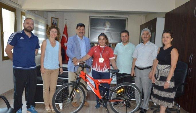 Judo'da Balkan ikincisi olan öğrenciye bisiklet hediye edildi