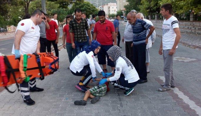 Manisa'da otomobil Suriyeli çocuğa çarpıp kaçtı