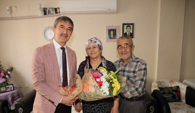 Başkan Şirin'den 50 yıllık evli çifte çerçeveli evlenme kütüğü hediyesi