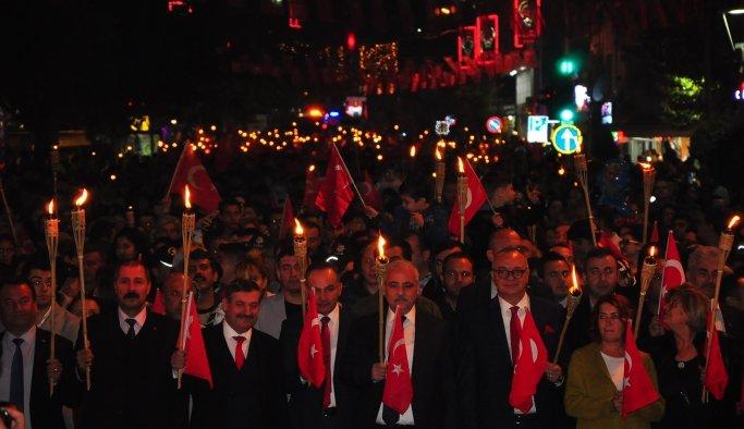 Manisa'da Cumhuriyet Bayramı coşkusu fener alayı ile ikiye katlandı