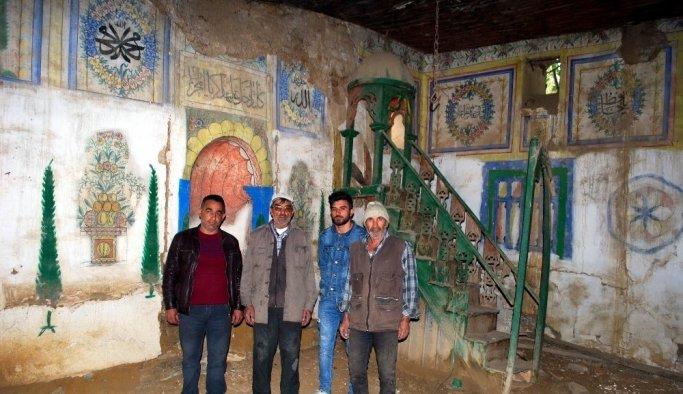 Bakımsız camide yıkılma tehlikesi