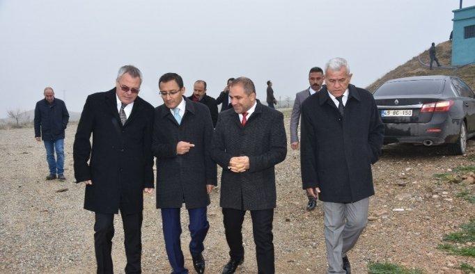 Vali Deniz, Alaşehir'de Sera OSB'sinin yapılacağı araziyi inceledi