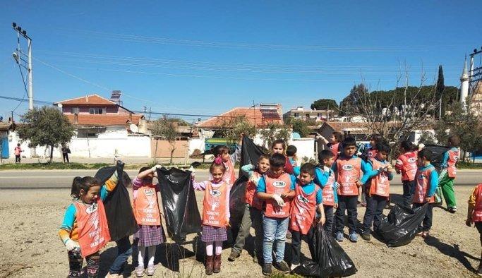 Manisa'da öğrenciler çöp topladı