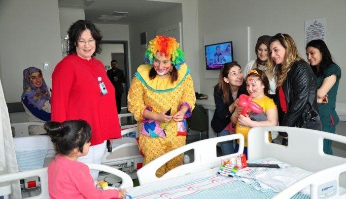 Hastanede tedavi gören çocuklara 23 Nisan sürprizi