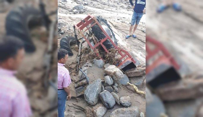 Alaşehir'de dere taştı sel suları 2 traktörü sürükledi