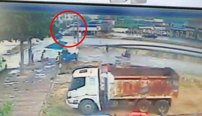 Manisa'da kavşaktaki kaza güvenlik kamerasına yansıdı