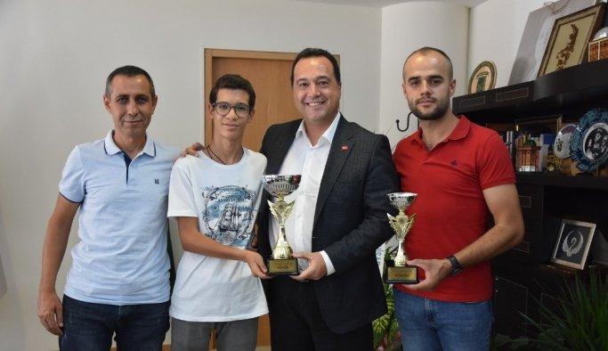Akhisarlı motosikletçiler kupa sevincini Başkan Dutlulu ile paylaştı