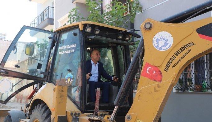 Başkan Akın direksiyon başına geçti işçilere yardımcı oldu