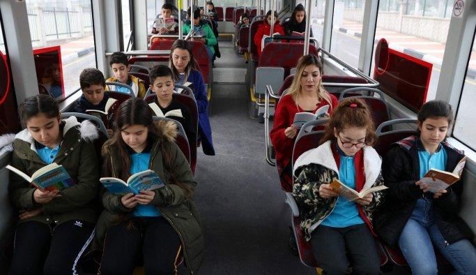 Öğrenciler halk otobüslerinde farkındalık için kitap okudu