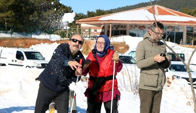 Görme engelliler kar topu oynamanın mutluluğunu yaşadı