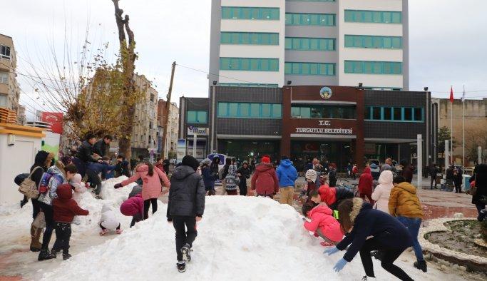 Kar görmeyen çocuklar için kamyon kamyon kar getirdiler
