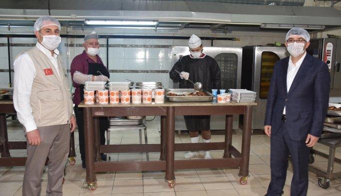 Şehzadeler'de her gün 700 aileye sıcak yemek