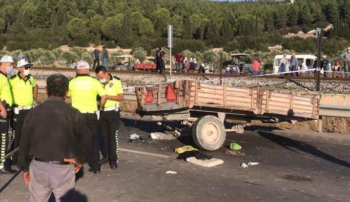 Üzüm işçilerini taşıyan traktörle transit çarpıştı: 2 ölü 9 yaralı