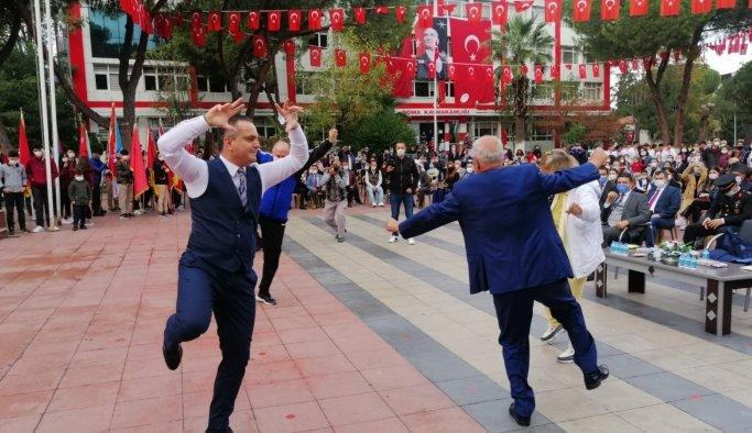 Kaymakam ve belediye başkanı 29 Ekim töreninde zeybek oynadı
