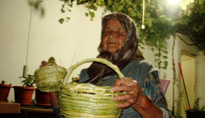 Manisa'da 90'lık nine torunlarına sepet örüyor