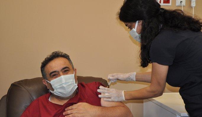 Manisa'da sağlık çalışanları aşı oldu