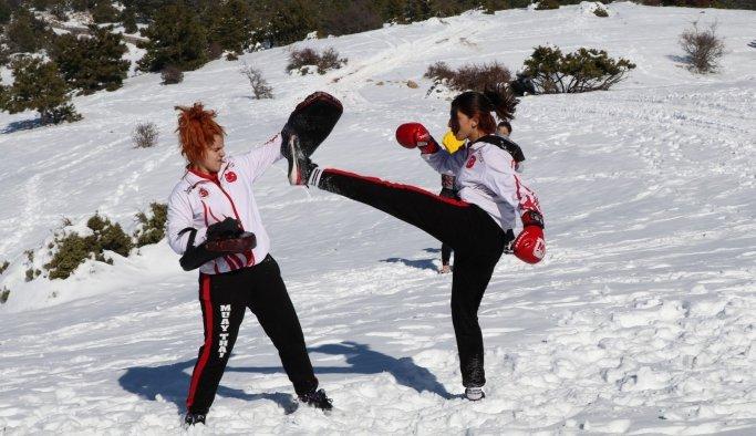 Milli sporcular karla kaplı Spil Dağı'nda güç depoladı